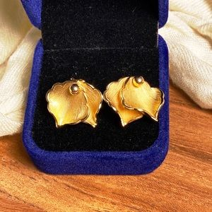 Signed Giovanni vintage gold tone clip-on leaf earrings in excellent condition